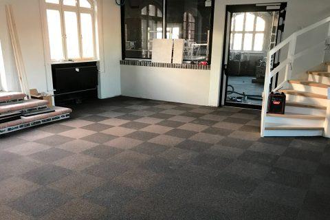 """Lægning af tæppefliser på """"Posthuset"""" på Torvet i Esbjerg"""