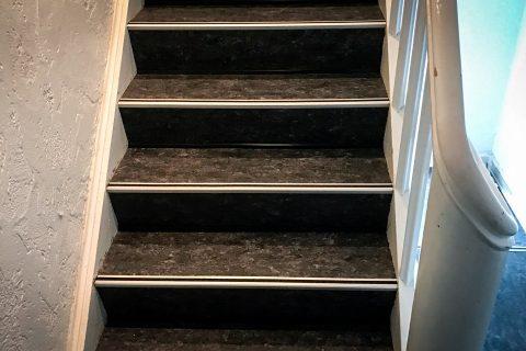 Efter billede - Renovering af trappe og trappeopgang med nye vinylgulve udført af Næsbjerg Gulve